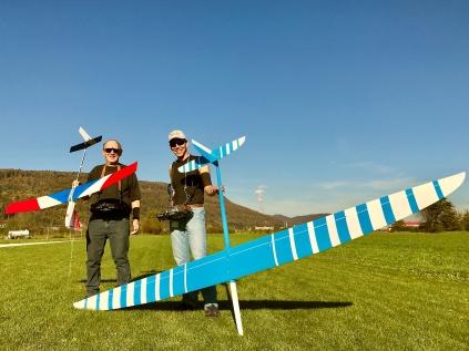 Stolze Piloten mit ihren Modellen